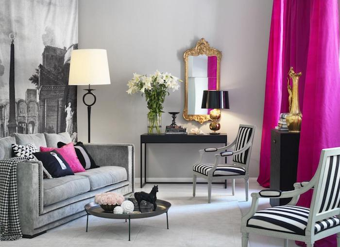 modele de salon pour réponde à la question quelle couleur associer au gris perle, chaises blanc et noir, table minimaliste noire, miroir baroque, rideau fuchsia