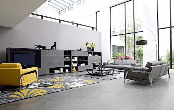 quelle couleur associer au gris perle, canapés et meuble de rangement gris, tapis gris, jaune et blanc, fauteuil jaune, grandes fenetres