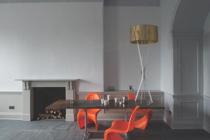 quelle couleur associer avec du gris, murs peinture gris clair, table en bois, chaises orange, parquet gris, lampe or