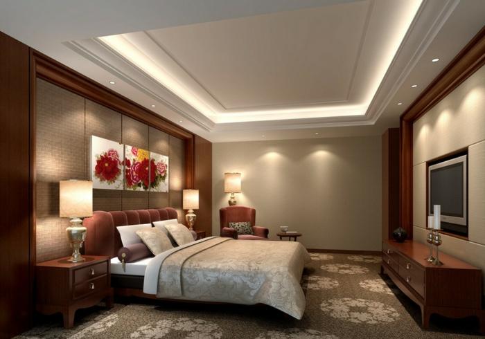 tapis taupe avec motifs floraux, peintures colorées au mur, meuble en bois laqué, tv murale