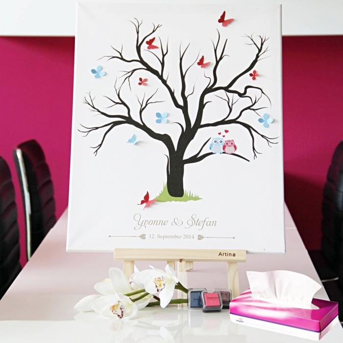 toile blanche avec dessin arbre noir en papillon 3D rouges et bleus, tableau à thème jeunes mariés avec date du mariage et leurs prénoms