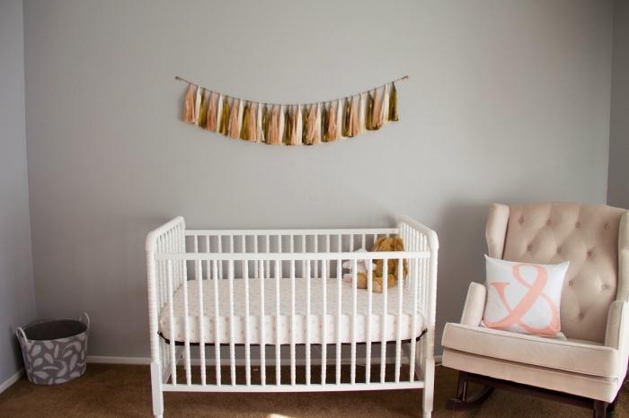 comment assortit la couleur de murs gris dans la deco chambre fille ou garçon, fauteuil rose pastel sur tapis marron