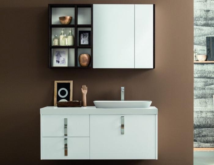 déco de la salle de bain aux murs marron avec meubles blanc et noir moderne, accessoires salle de bain à finition métallique cuivré