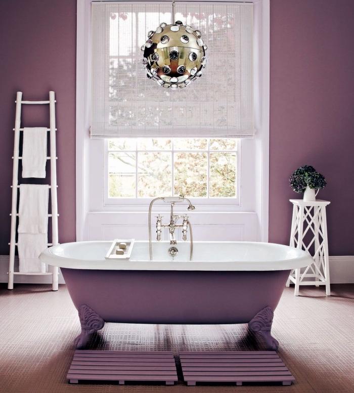transformation de la salle de bain blanche avec décoration en couleur violet tendance 2018, modèle de luminaire suspendue à design métallique or et argent