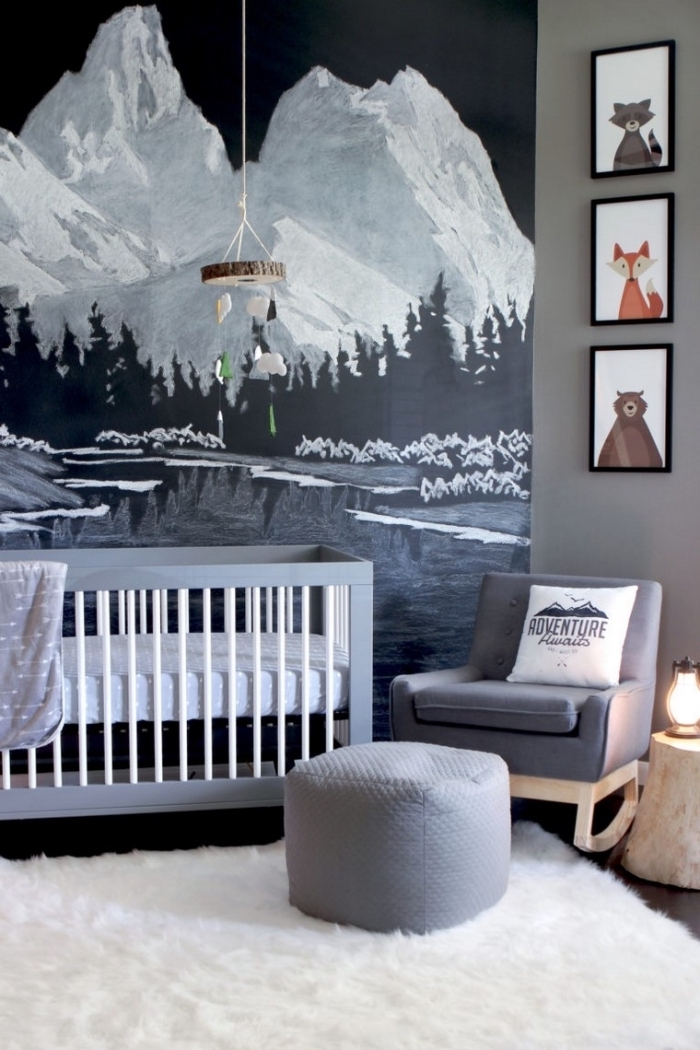 modèle de deco chambre bebe garcon ou fille avec un lit à barreaux blanc et gris et une décoration murale en papier peint trompe l'oeil