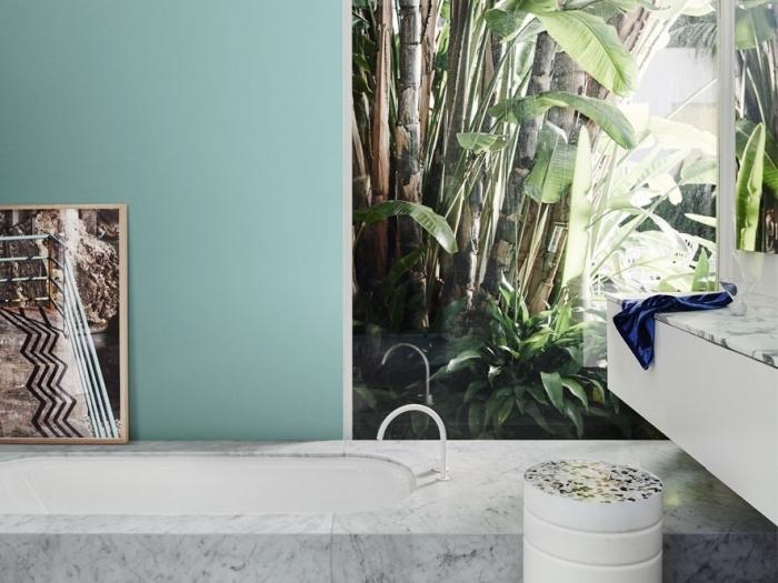 modèle de papier peint résistant à l'eau pour une déco zen de la salle de bain, baignoire incrustée dans le sol à design marbre blanc et gris