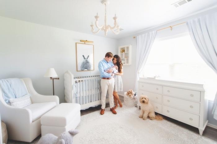 quel lit bebe fille choisir pour une chambre blanche avec parquet de bois gris, modèle de grande fenêtre habillée en rideaux longs de couleur bleu clair