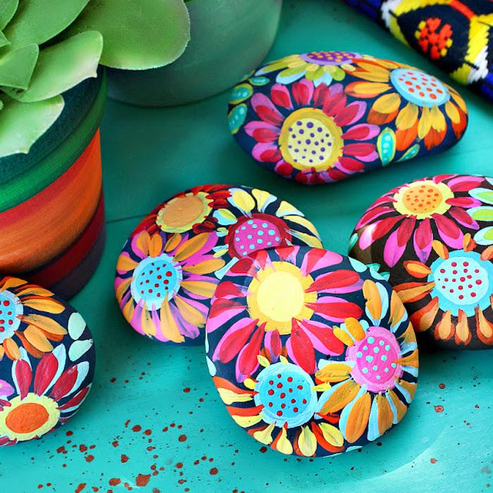 activite manuel, galets décorés à motifs floraux, idée de bricolage facile et rapide pour créer une deco maison