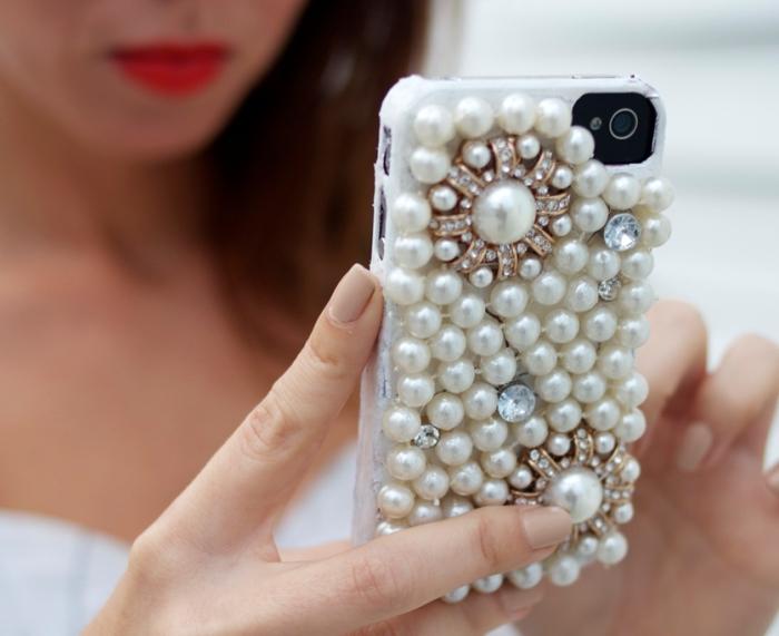 bijou féminin en forme de coque personnalisée iphone 7 avec coque blanche décorée de perles blanches et différents cristaux
