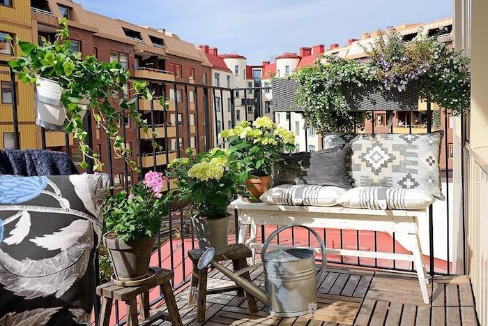 decoration petit balcon d'appartement, terrasse avec sol en parquet, petit canapé vintage en bois pour deco exterieure