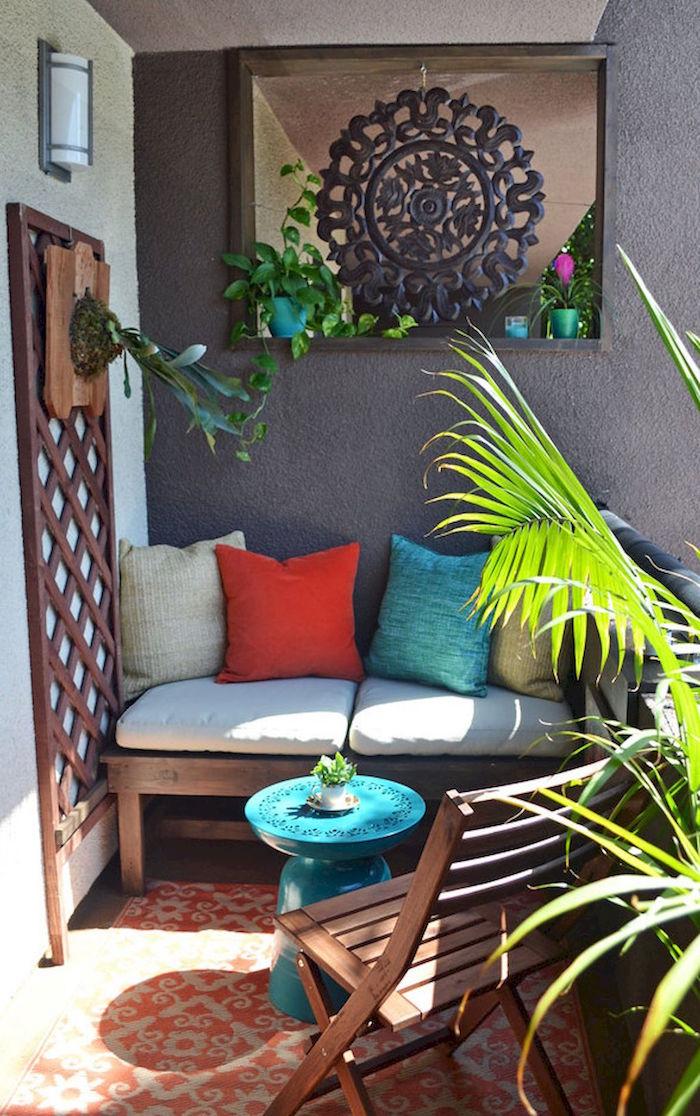 salon de balcon en bois de tek, balcon aménagé avec canapé et plantes vertes