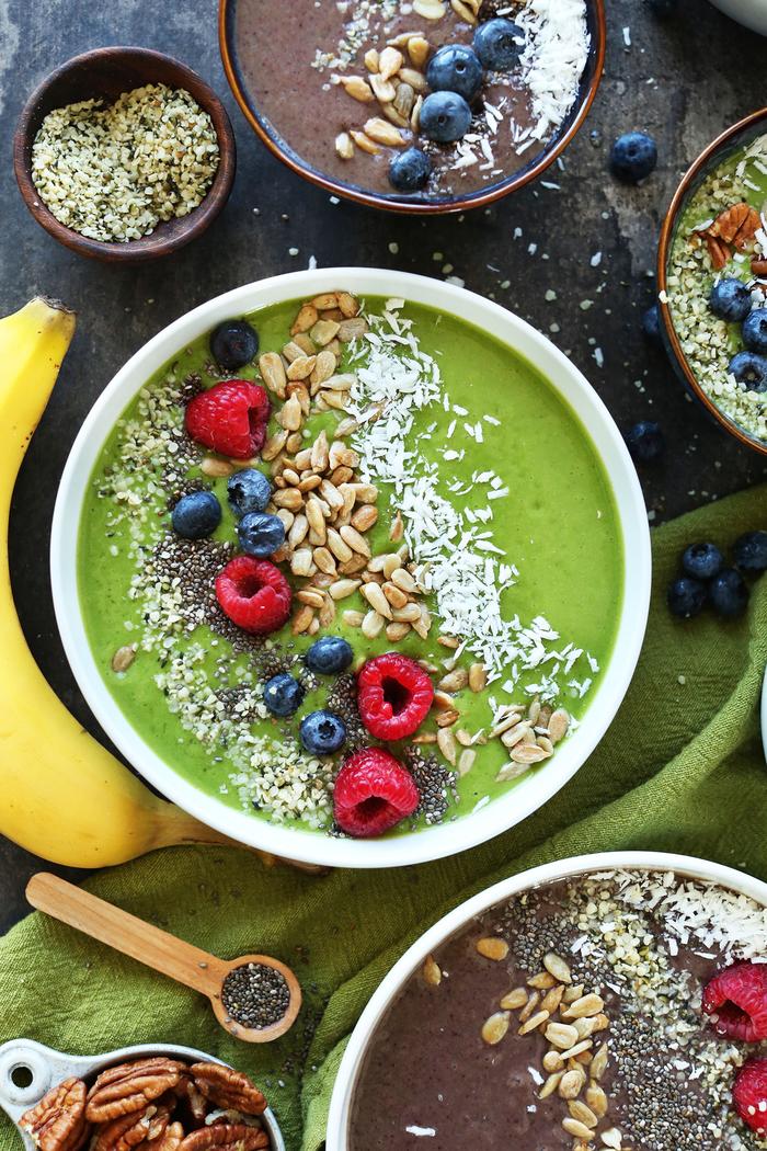 qu est ce qu un smoothie bowl pour petit déjeuner et comment le préparer, recette de smoothie bowl sans gluten aux fruits rouges, aux légumes-feuilles et avocat