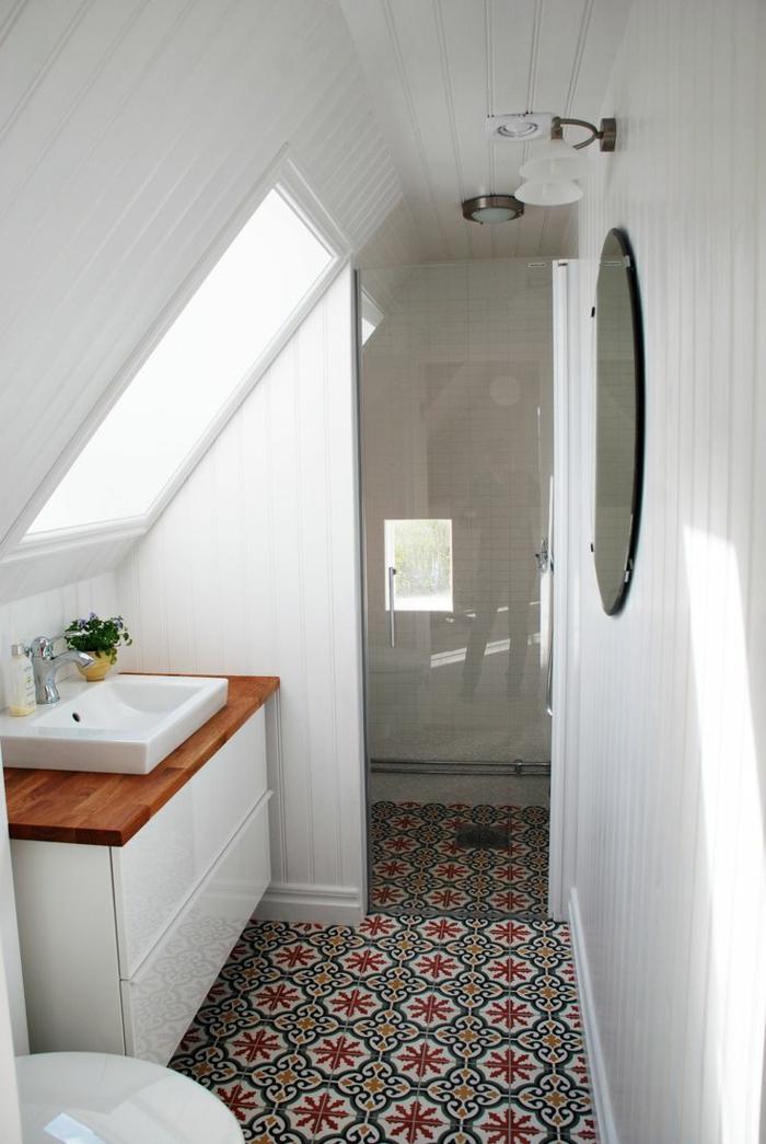 meuble vasque bois et blanc, miroir ovale, carreaux de ciment au sol, lambris mural bois blanc
