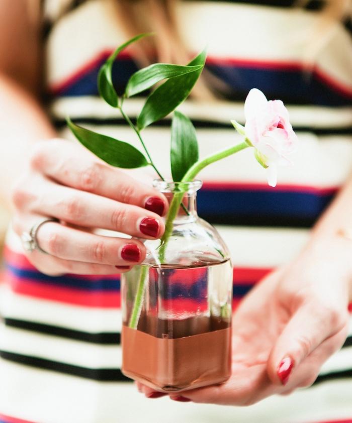 vase à fond coloré en couleur marron dans une petite fiole en verre avec un brin de fleur dedans, activité créative pour réaliser une deco maison