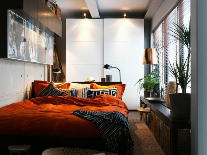 chambre à espace restreint, tableaux avec photographies, table console longue