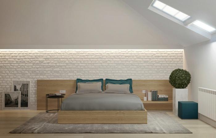 déco chambre sous pente, lit plateforme en bois, tapis beige, photographies monochromes
