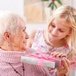 Mille d'idées pour offrir le meilleur cadeau fête des grands mères
