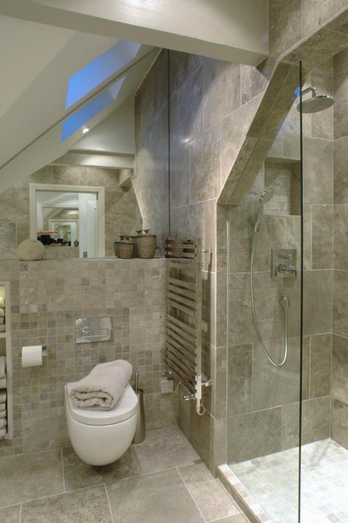 aménageent de salle de bain 2m2, puits de lumière au toit, rangement mural, cabine de douche
