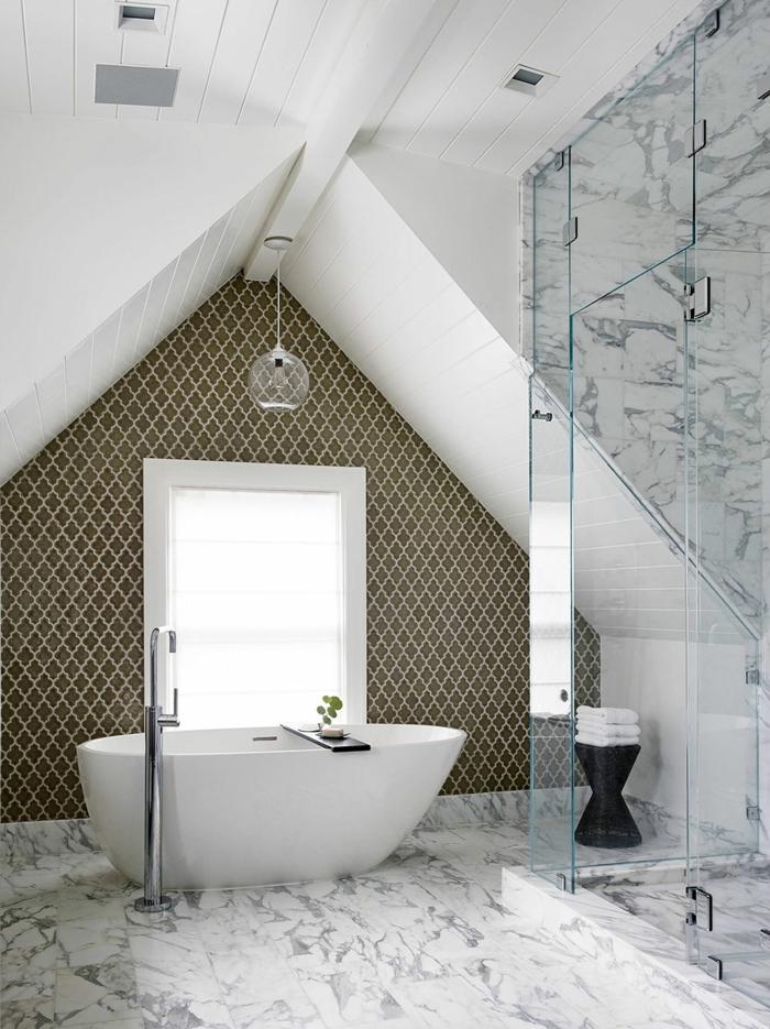 salle de bain 2m2, plafond en bois peint, papier peint baroque, papier peint carreaux marbrés