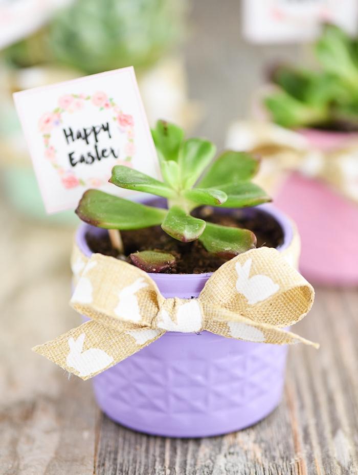 bricolage de paques, petit pot de fleur violet avec succulent et étiquette joyeuses paques, idée d activité manuelle adulte