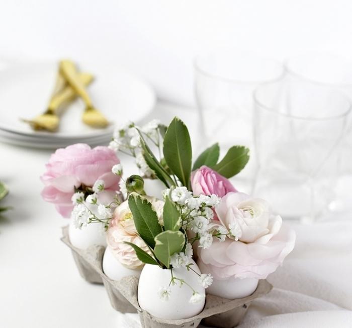centre de table en coquille d oeuf transformé en vase avec de petits bouquets de fleurs champetres dans une boite à oeufs