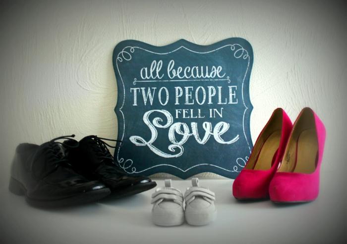 trois paires de chaussures, tableau avec un texte romantique, photo annonce grossesse avec texte touchant
