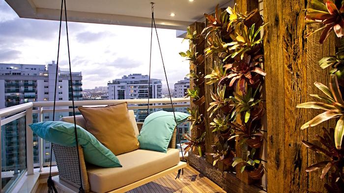 photo balcon exterieur maison avec canapé suspendu, décoration terrasse en bois et fauteuil balancoire