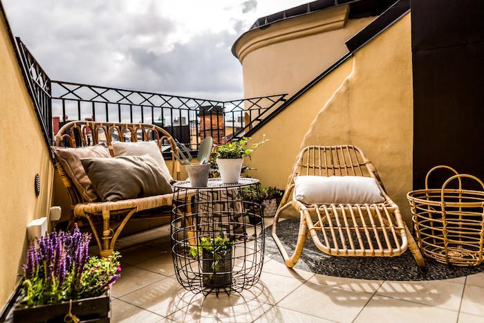 modele petit transat deco en osier, meuble en bois rustique pour balcon