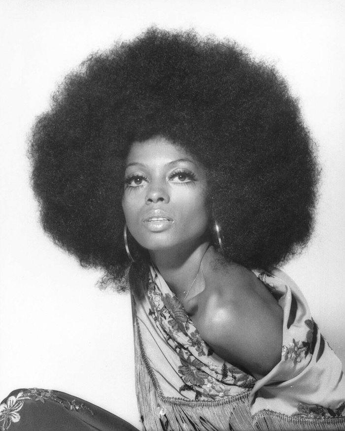 photo coupe afro femme années 70 style funky boule de cheveux natty