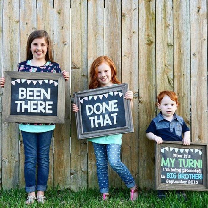 annoncer qu'on est enceinte à l'aide de ces petits enfants tenant des tableaux avec des textes
