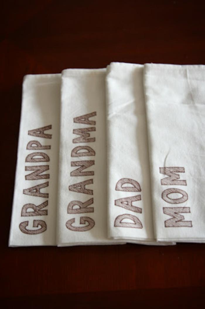 des serviettes blanches avec texte, maman, papa, grand-mère et grand-père