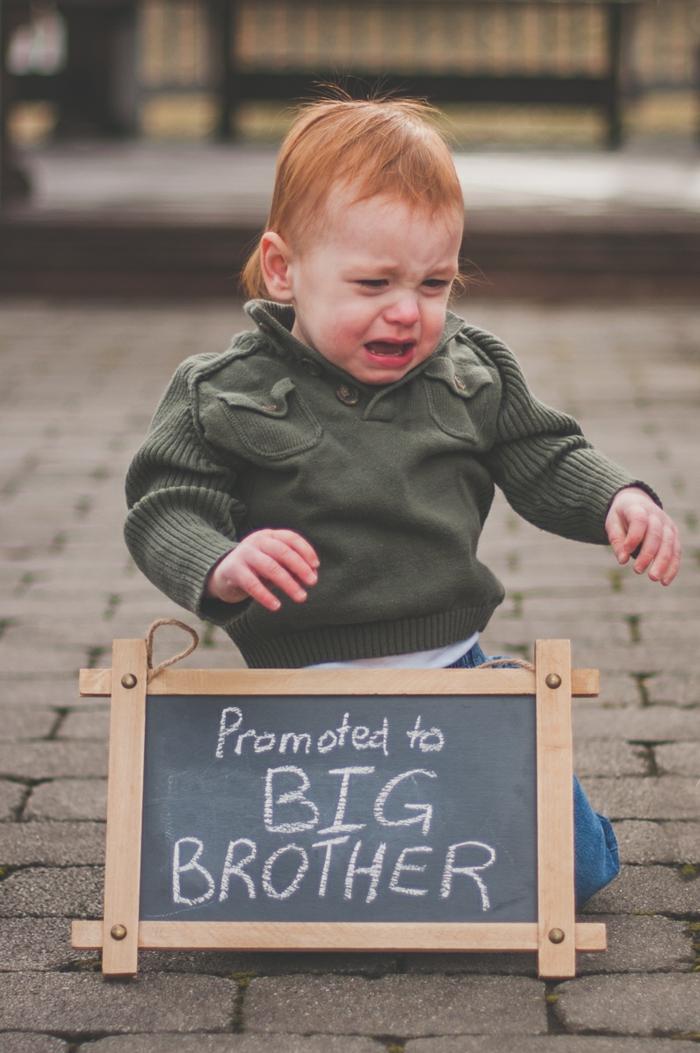 le frère aîné qui annonce la grossesse de sa maman avec une photographie originale