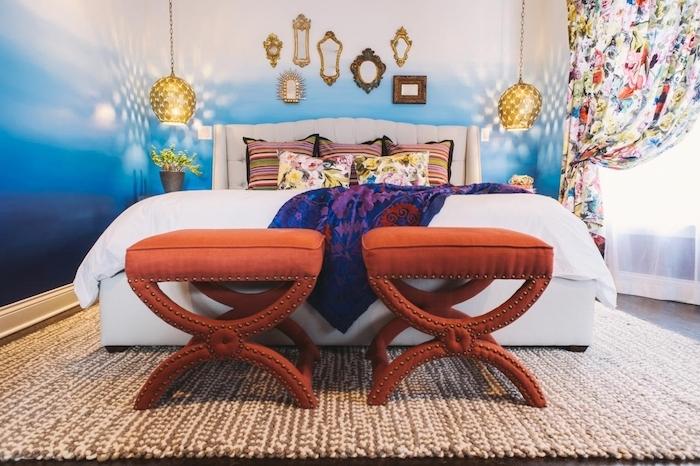 idee tete de lit originale avec décoration en petits miroirs et suspensions basses, linge de lit coloré, bout de lit en tabourets marron