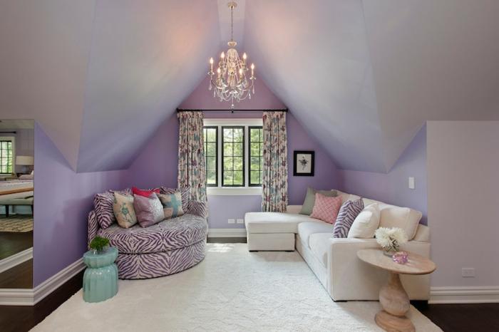 combles aménagés, canapés contemporains, plafonnier pampilles, peinture mural lilas pâle