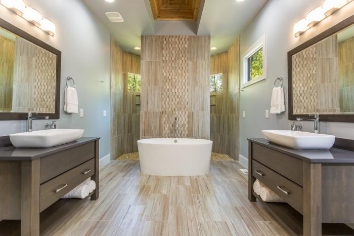 pièce relaxante aménagée en couleurs naturelles avec revêtement à imitation bois clair et plafond blanc à éclairage led