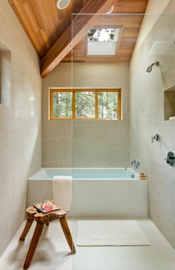 agencement salle de bain sous pente, jolie baignoire rectangulaire, plafond en bois