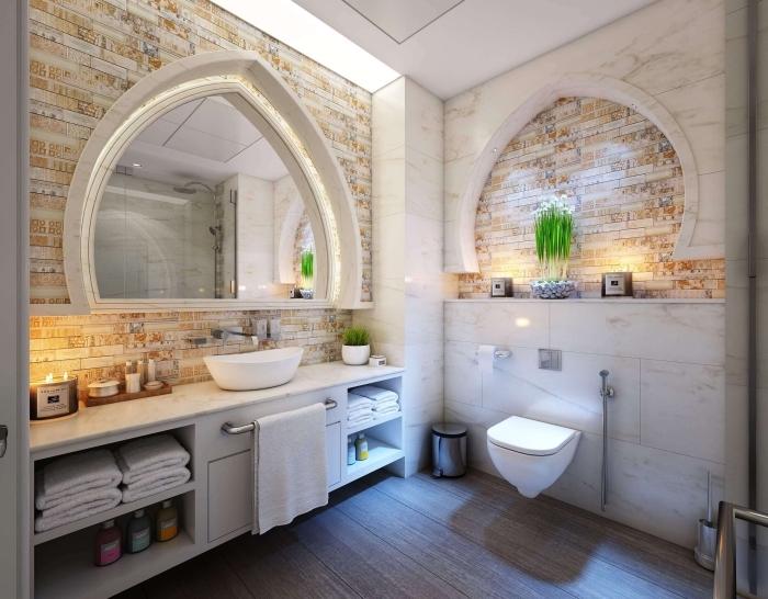 idée pour une salle de bain zen et luxe avec revêtement mural en carrelage à imitation briques et miroir en forme feuille