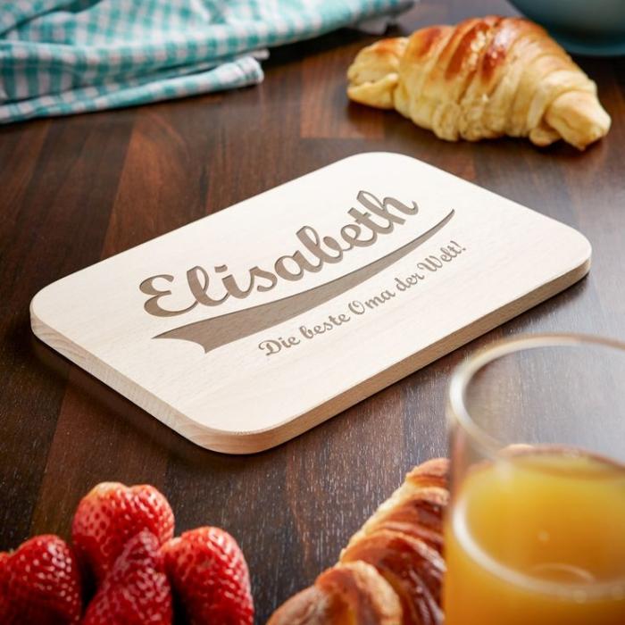 idée cadeau pour les grands-mères qui aiment cuisiner, modèle de planche à découper de bois avec gravure prénom