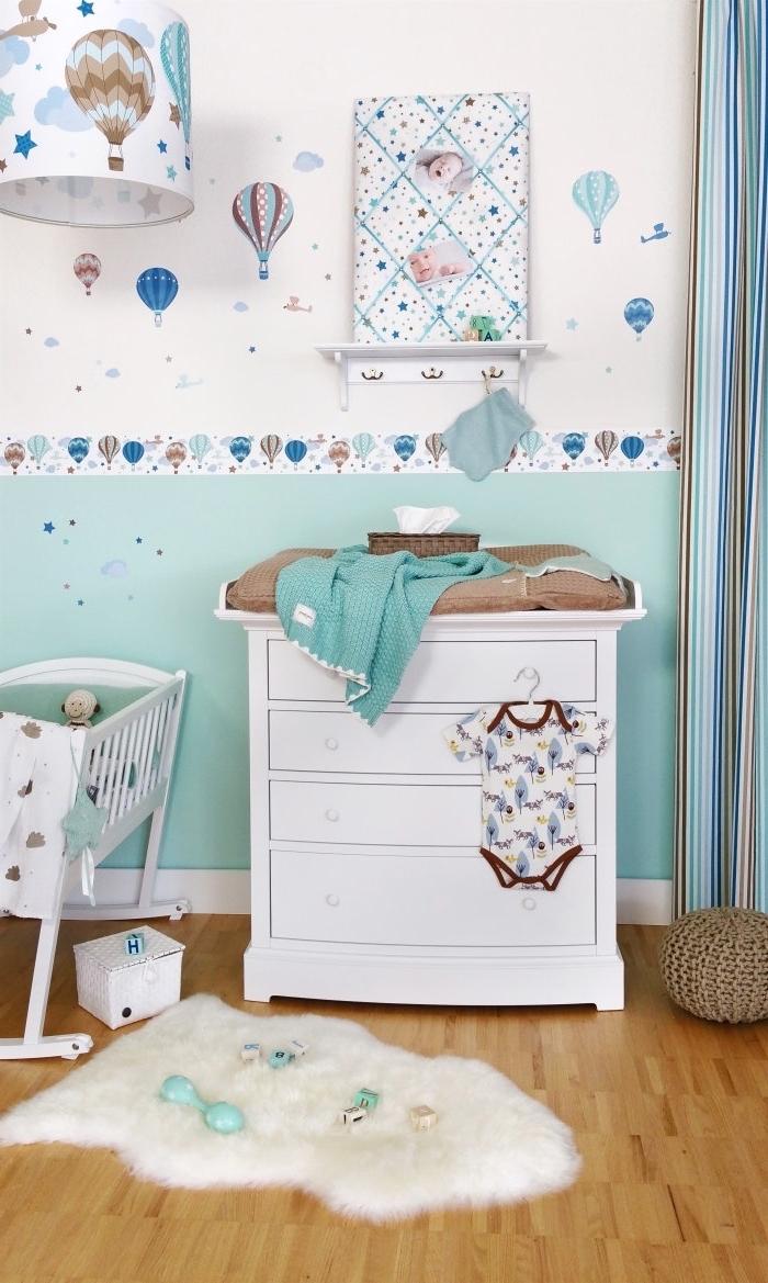 peinture murale en blanc et turquoise avec stickers autocollants, idée déco chambre bébé en couleurs neutres et pastel avec tapis moelleux blanc