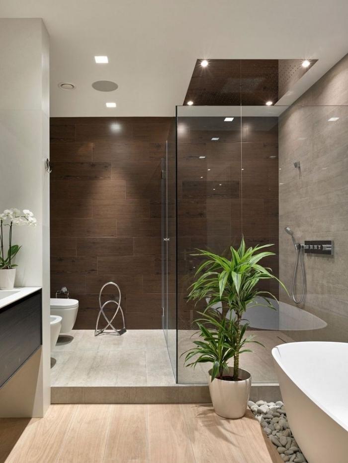 éclairage led et cabine de douche en verre, idee deco salle de bain aux murs beige et plafond blanc avec plancher de bois clair