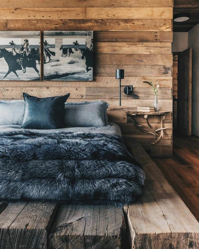 jolie décoration de chambre cocooning, peintures en noir et blanc, chevet en bois et cornes de cerf
