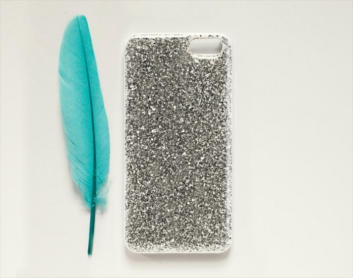 activité manuelle facile pour faire une coque personnalisée blanche couverte de glitter argenté, modèle de portable glamour pour fille