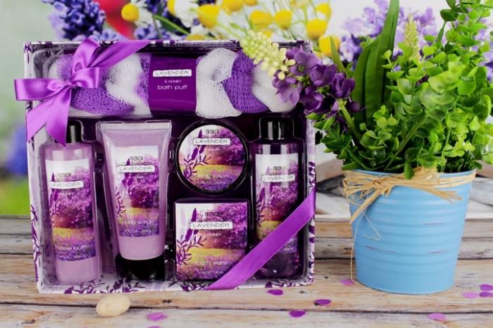 collection de produits cosmétiques de lavande comme une idée cadeau grand mere pour relax et confort