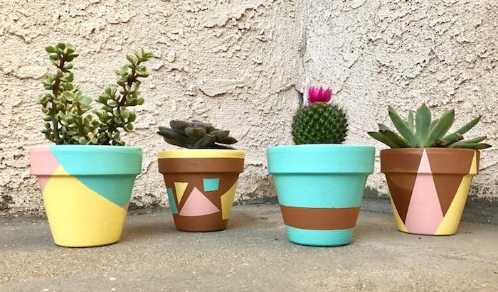 diy pot de fleur, activiter manuelle avec des pots décorés à motifs géométriques, succulents et cactus
