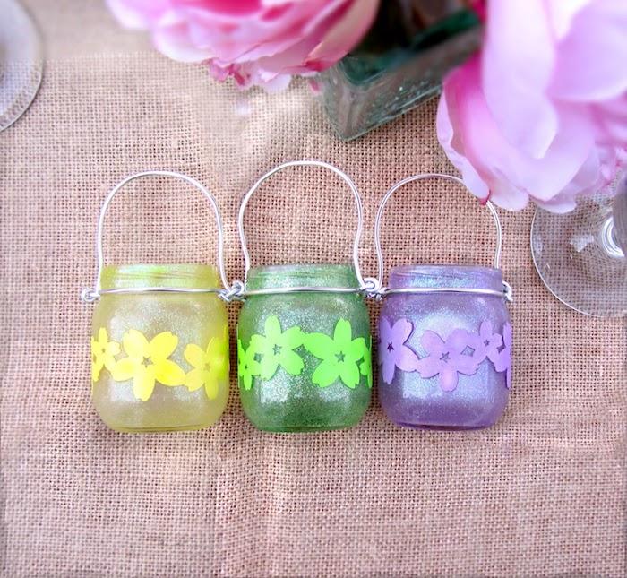 pots en verre décorés à couleur jaune, verte et violette avec des fleurs en papier, activite manuel original