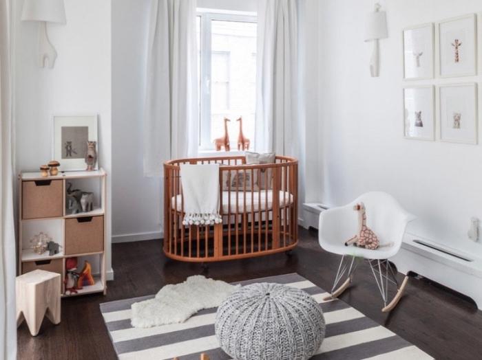 décoration minimaliste dans la chambre bebe complete avec lit rond et rangement de bois verticale, tapis rayé en blanc et gris