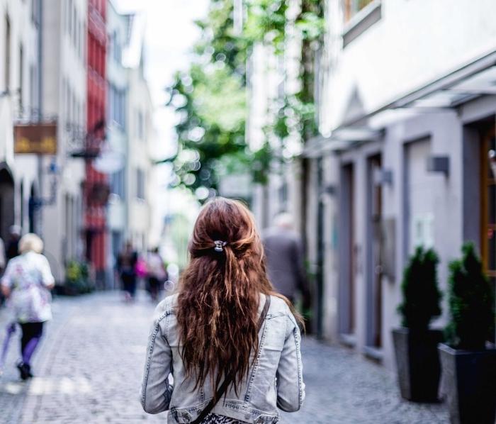coiffure de cheveux style casual avec boucles et accessoire de cheveux mi-attachés, tenue en veste denim et blouse blanc et noir