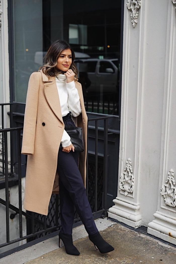 vision élégante et classy en pantalon noir fluide et pull over blanc combinés avec manteau long camel et bottines de velours noires