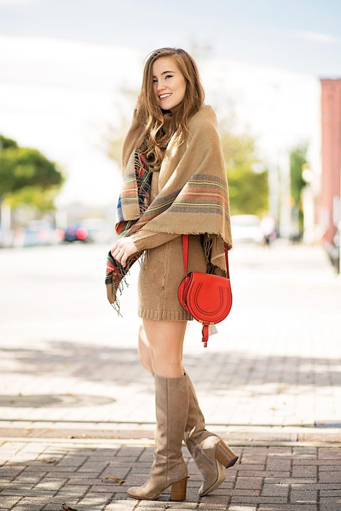 comment bien s'habiller en couleurs naturelles avec bottines et robe de nuance beige foncé combinés avec écharpe longue camel