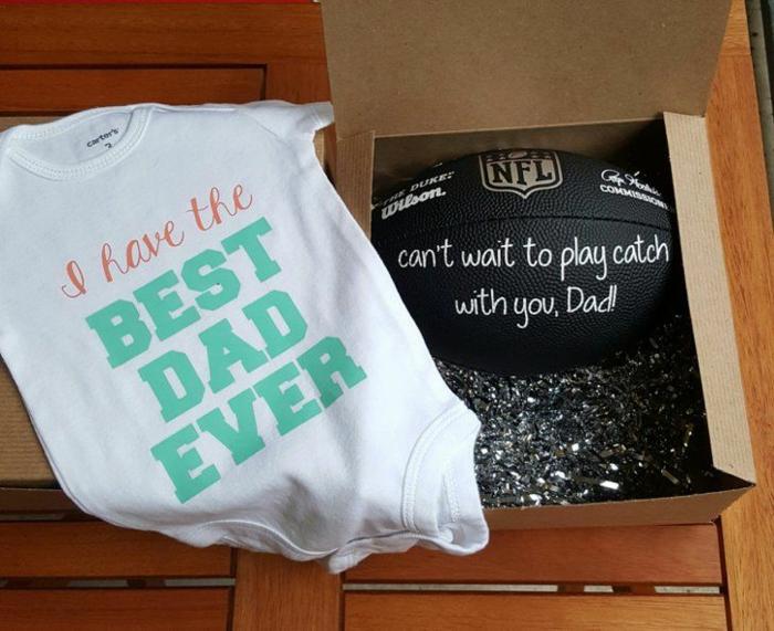 t-shirt blanc et ballon noir, des cadeaux pour le père de l'enfant pour annoncer qu'il sera un père